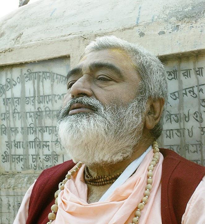 Sadhu Maharaja doing bhajan at Radha Kunda